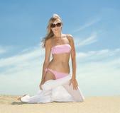 Mujer que presenta en la playa Imagenes de archivo
