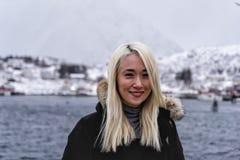 Mujer que presenta en las montañas de las islas de Lofoten Reine, Noruega fotografía de archivo