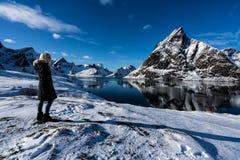 Mujer que presenta en las montañas de las islas de Lofoten Reine, Noruega fotos de archivo
