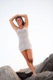 Mujer que presenta en las rocas Fotografía de archivo libre de regalías