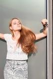Mujer que presenta en luz del sol Fotos de archivo libres de regalías