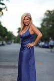 Mujer que presenta en una alineada azul imágenes de archivo libres de regalías