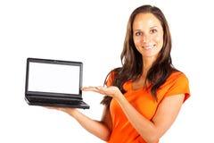 Mujer que presenta la computadora portátil fotos de archivo