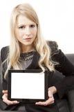 Mujer que presenta la PC de la tablilla con el espacio de la copia Imágenes de archivo libres de regalías