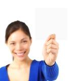 Mujer que presenta la tarjeta Fotografía de archivo libre de regalías
