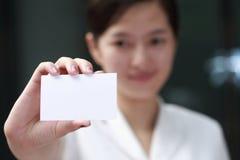 Mujer que presenta su tarjeta de visita Imagen de archivo libre de regalías