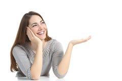 Mujer que presenta una publicidad en blanco Foto de archivo libre de regalías