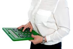 Mujer que presiona el dígito 6 en la calculadora foto de archivo libre de regalías