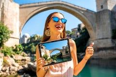 Mujer que promueve el turismo en la ciudad de Mostar Fotos de archivo