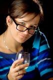 Mujer que prueba el vino blanco Fotos de archivo