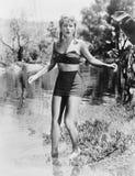 Mujer que prueba la agua fría (todas las personas representadas no son vivas más largo y ningún estado existe Garantías del prove Imagen de archivo libre de regalías