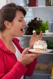 Mujer que prueba la torta Foto de archivo libre de regalías
