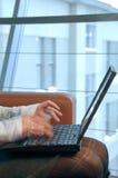 Mujer que pulsa en el ordenador. Imagen de archivo libre de regalías