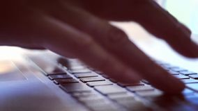 Mujer que pulsa en la computadora portátil almacen de metraje de vídeo