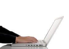 Mujer que pulsa en la computadora portátil aislada Foto de archivo