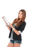 Mujer que pulsa en la nueva pista de tacto electrónica de la tablilla Imagenes de archivo