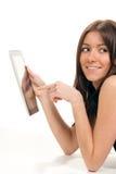 Mujer que pulsa en su pista de tacto electrónica de la tablilla Fotografía de archivo
