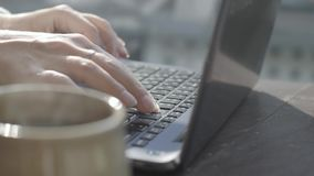 Mujer que pulsa en una computadora portátil almacen de metraje de vídeo