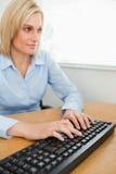 Mujer que pulsa que mira la pantalla Fotos de archivo