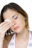 Mujer que quita maquillaje Fotos de archivo
