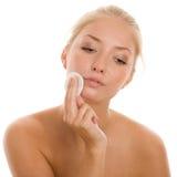 Mujer que quita maquillaje Foto de archivo
