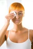 Mujer que quita maquillaje Imagen de archivo libre de regalías