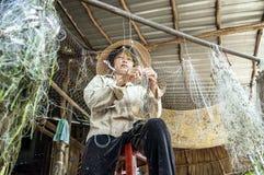 Mujer que quita pescados de redes fotos de archivo