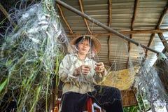 Mujer que quita pescados de redes fotos de archivo libres de regalías