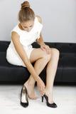 Mujer que quita sus zapatos Imagen de archivo libre de regalías