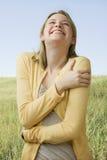 Mujer que ríe afuera Fotografía de archivo