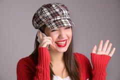 Mujer que ríe en el teléfono móvil aislado Imágenes de archivo libres de regalías