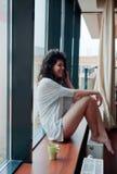 Mujer que ríe mientras que habla en el teléfono Fotos de archivo libres de regalías