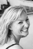 Mujer que ríe sobre hombro Imagenes de archivo