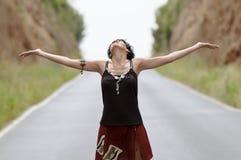 Mujer que ríe en el camino Foto de archivo libre de regalías