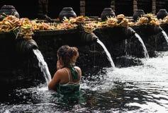 Mujer que realiza ceremonia de la purificación del agua imagen de archivo