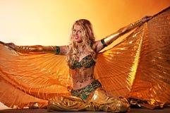 Mujer que realiza danza árabe Fotografía de archivo libre de regalías