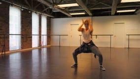 Mujer que realiza danza del hip-hop almacen de video