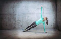 Mujer que realiza ejercicio de la yoga Fotografía de archivo