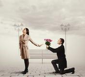 Mujer que rechaza al hombre con las flores Imagen de archivo