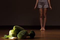 Mujer que rechaza la comida sana Foto de archivo