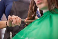 Mujer que recibe corte de pelo Imagen de archivo libre de regalías