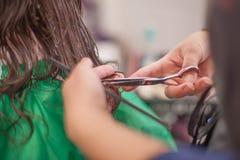Mujer que recibe corte de pelo Fotos de archivo