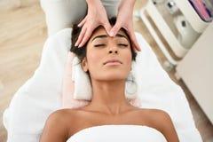 Mujer que recibe el masaje principal en centro de la salud del balneario fotos de archivo libres de regalías