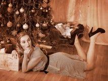 Mujer que recibe los regalos. Retro blanco y negro. Imagen de archivo libre de regalías