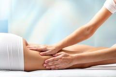 Mujer que recibe masaje de la pierna imagen de archivo libre de regalías