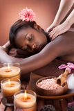 Mujer que recibe masaje del hombro en el balneario Fotos de archivo libres de regalías
