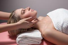 Mujer que recibe masaje facial Imagenes de archivo