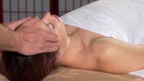 Mujer que recibe masaje principal de relajación en el centro del balneario almacen de video