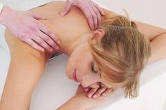 Mujer que recibe un masaje foto de archivo
