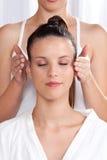 Mujer que recibe un masaje principal Fotografía de archivo